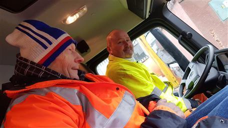 Pan Jaroslav (vlevo) v kabině popelářského vozu.
